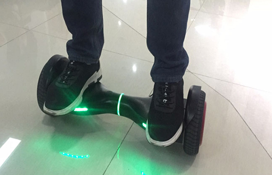 Inmotion Hoverboard D2: The Lightweight Smart Self-Balancing Board